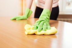 Macchie di pulizia della donna fuori dalla tavola fotografia stock