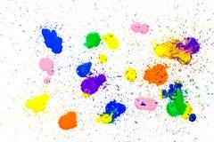 Macchie multicolori dell'acquerello isolate su fondo bianco Spruzza delle gocce multicolori di una pittura dell'acquerello su un  Fotografia Stock Libera da Diritti