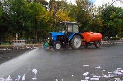 Macchina arancione di pulizia che lava la pavimentazione Fotografie Stock Libere da Diritti