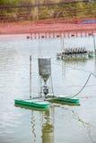 Macchina automatica dell'alimentatore che galleggia sullo stagno di acquacoltura Alimentatore di Autometic o alimentazione automa fotografia stock libera da diritti