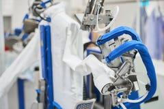 Macchina automatica per i vestiti rivestenti di ferro del vapore Fotografia Stock Libera da Diritti