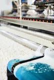 Macchina automatica per lavare dei tappeti nel processo Fotografia Stock