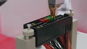 Macchina automatizzata che monta la componente del microchip, robot archivi video
