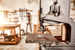 Macchina ben utilizzato della sega della maschera in un'officina della lavorazione del legno Fotografie Stock Libere da Diritti