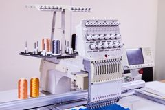 Macchina compatta del ricamo di 12 aghi Ricamo industriale fotografie stock