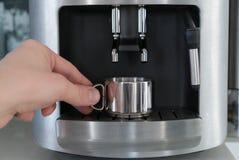 Macchina con una tazza del metallo, fine del caffè su Immagine Stock