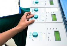 Macchina cuore-polmoni di controllo di Perfusionist nella sala operatoria Fotografie Stock