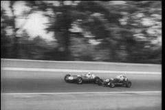 Macchina da corsa che sorpassa un altro, Indianapolis Motor Speedway U.S.A. stock footage
