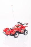 macchina da corsa rossa del giocattolo su fondo bianco fotografie stock
