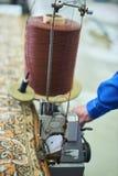 Macchina da cucire industriale automatica per l'orlo dei tappeti Fotografia Stock