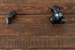 Macchina da presa d'annata e film sulla tavola di legno Fotografia Stock