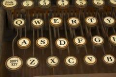 Macchina da scrivere antica con i vecchi tasti immagine stock libera da diritti