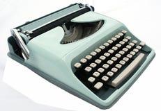 Macchina da scrivere blu dell'annata isolata su bianco fotografie stock libere da diritti