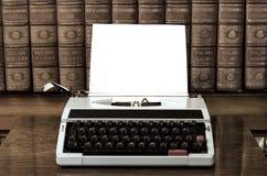 Macchina da scrivere con lo strato in bianco Fotografie Stock Libere da Diritti
