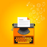 Macchina da scrivere copywriting di vendita contenta Fotografia Stock Libera da Diritti