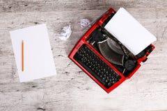 Macchina da scrivere d'annata e strati di carta vuoti Fotografie Stock