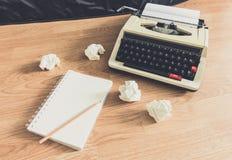Macchina da scrivere d'annata e un taccuino in bianco di carta fotografia stock libera da diritti