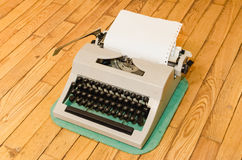 Macchina da scrivere d'annata su un pavimento di legno Fotografia Stock