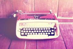 Macchina da scrivere di vecchio stile sul pavimento di legno fotografia stock libera da diritti
