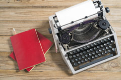 Macchina da scrivere e taccuino rosso Fotografie Stock Libere da Diritti