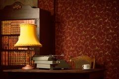 Macchina da scrivere, lampada, libri fotografie stock