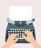 Macchina da scrivere manuale retro con le mani di stampa ed il foglio di carta Fotografie Stock