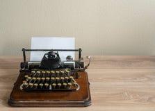 Macchina da scrivere portatile d'annata antica con non la tastiera di qwerty Fotografie Stock