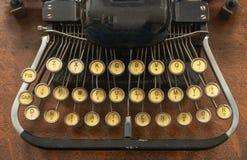 Macchina da scrivere portatile d'annata antica con non la tastiera di qwerty Immagine Stock
