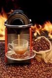 Macchina del caffè con la tazza di caffè espresso vicino al camino Fotografia Stock
