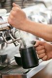 Macchina del caffè di Preparing Coffee On di barista immagine stock libera da diritti