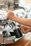 Macchina del caffè di Preparing Coffee On di barista fotografia stock libera da diritti