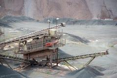 Macchina del frantoio per pietre in una miniera a cielo aperto immagine stock