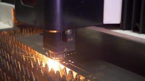 Macchina del laser per il taglio del metallo video d archivio