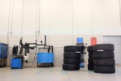 macchina del montaggio del pneumatico e gli insiemi delle ruote Immagine Stock