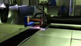 Macchina del taglio del plasma con controllo di programma che taglia la lamiera di acciaio con le scintille nella fabbrica del la archivi video