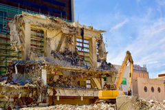 Macchina dell'escavatore del frantoio a demolizione del sito Immagini Stock Libere da Diritti