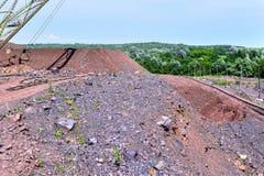 Macchina dell'escavatore sul lavoro movimento terra dello scavo in cava fotografie stock libere da diritti