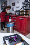 Macchina dell'inchiostro della pistola pronto per usare allo studio del tatuaggio Fotografia Stock