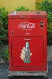 Macchina della coca-cola dell'annata. Immagine Stock