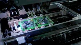 Macchina della fabbrica sul lavoro: circuito stampato che ? montato con il braccio robot automatizzato, tecnologia SMT video d archivio