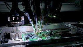 Macchina della fabbrica sul lavoro: circuito stampato che ? montato con il braccio robot automatizzato, tecnologia SMT stock footage