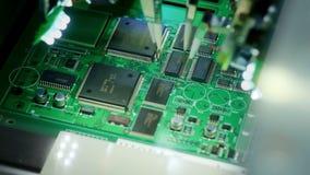 Macchina della fabbrica sul lavoro: circuito stampato che ? montato con il braccio robot automatizzato, tecnologia SMT archivi video