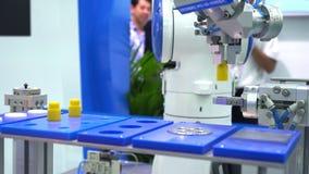 Macchina della mano del robot che afferra oggetto simulato Robot astuto di uso nell'evento di industria di Propack Asia Robot in  video d archivio