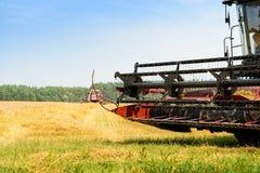 Macchina della mietitrice nel campo Agricoltura e concetto di azienda agricola, sha Fotografia Stock