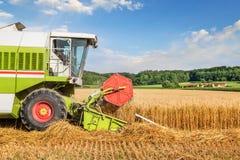 Macchina della mietitrice sul giacimento di grano Fotografia Stock Libera da Diritti