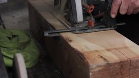 Macchina della sega di legno di uso dei lavoratori dell'officina sawing di legno video d archivio