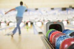 Macchina della sfera di bowling con il bowling dell'uomo Fotografia Stock Libera da Diritti