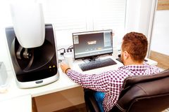 macchina dentaria di esame del computer 3D e un tecnico immagine stock libera da diritti