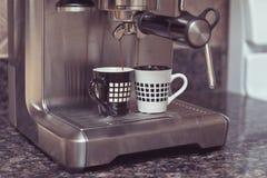 Macchina di caffè espresso che fa due tazze di caffè Immagini Stock Libere da Diritti