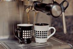Macchina di caffè espresso che fa due tazze di caffè Fotografie Stock